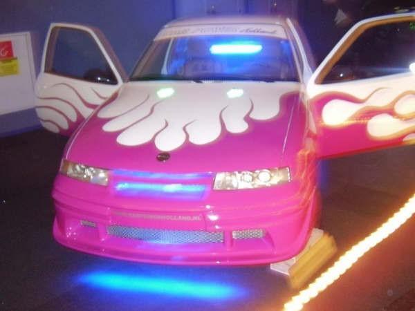 roze auto met blauwe neon staat best sexy · albumelement