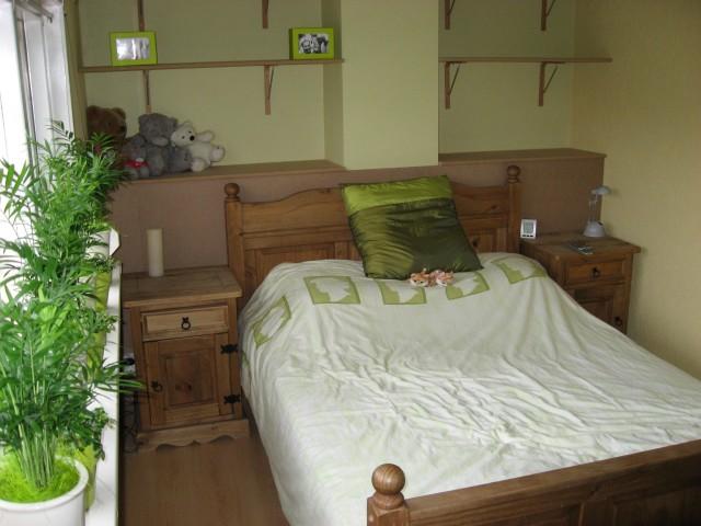 Kast Achter Bed : Alleen nog de planken kast achter het bed verven in muur kleur