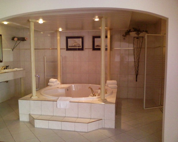 Hotel in Emmeloord, open badkamer met jacuzzi · albumelement